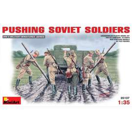 Miniart 1:35 Soviet Soldiers (WWII) Pushing